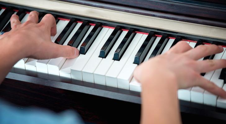 Five mistakes fingers on piano keys mini