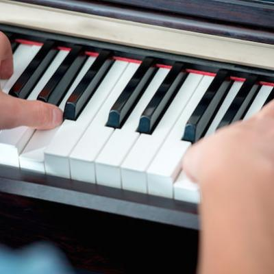Five mistakes fingers on piano keys mini