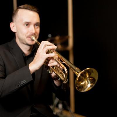Tocando la trompeta 23 2147624323
